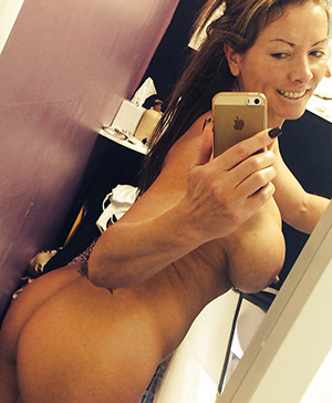 Femme mure parisienne en selfie